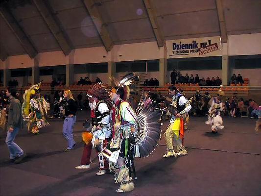 Zimowe Powwow - Międzychód 2004 - taniec Intertrible. Foto Co. Magdalena i Dariusz Lipeccy 2004