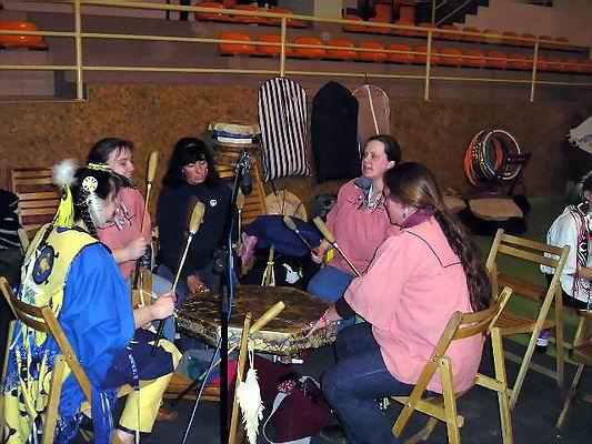 Zimowe Powwow - Międzychód 2004 - Giggle Women Singers z Berlina. Foto Co. Magdalena i Dariusz Lipeccy 2004