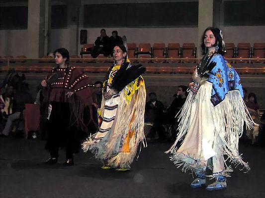 Zimowe Powwow - Międzychód 2004 - finalistki konkursu w kategorii Women's Traditional Dance: Magda Lipecka, Anna Lipecka, Shina Wszołek. Foto Co. Dariusz Lipecki 2004