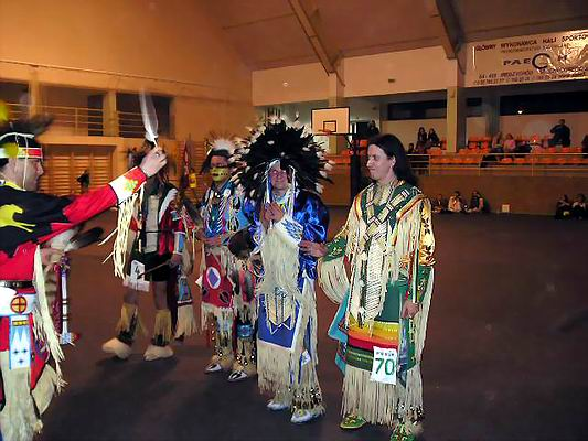 Zimowe Powwow - Międzychód 2004 - finaliści konkursu w kategorii Men's Traditional Dance: Tobias Felber, Marcin Mazurek, Marcin Król i Darek Lipecki. Foto Co. Magdalena Lipecka 2004