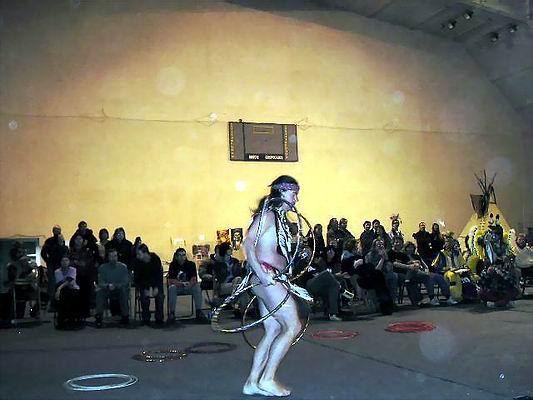 Zimowe Powwow - Międzychód 2004 - pokaz Hoop Dance. Foto Co. Magdalena i Dariusz Lipeccy 2004